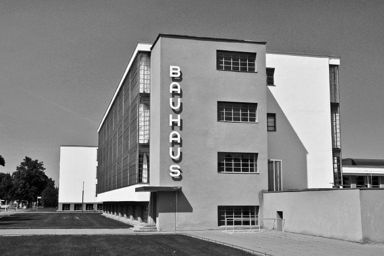 1926年に完成したバウハウス・デッサウ校舎 (現存/ 1996年 世界文化遺産登録)