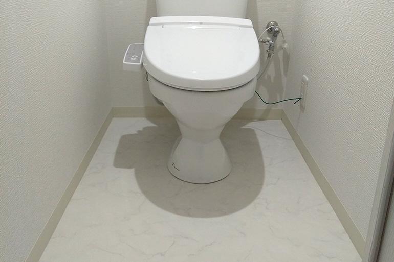 キッチンの余った床材でトイレも施工
