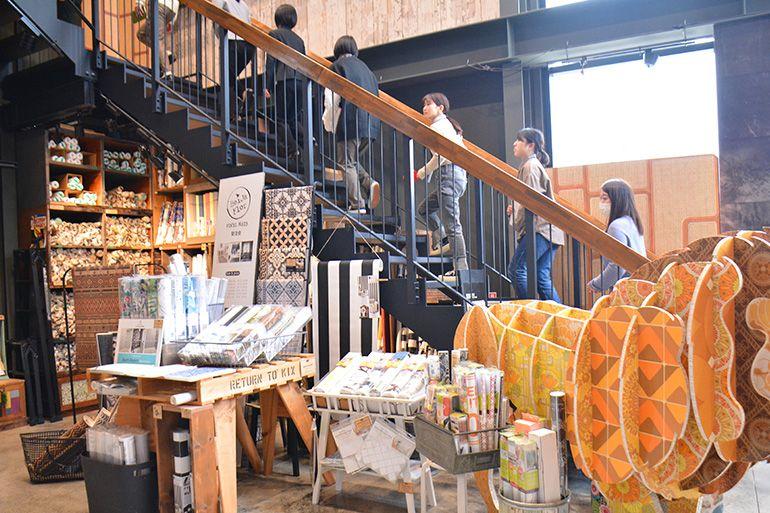 3階カフェへ