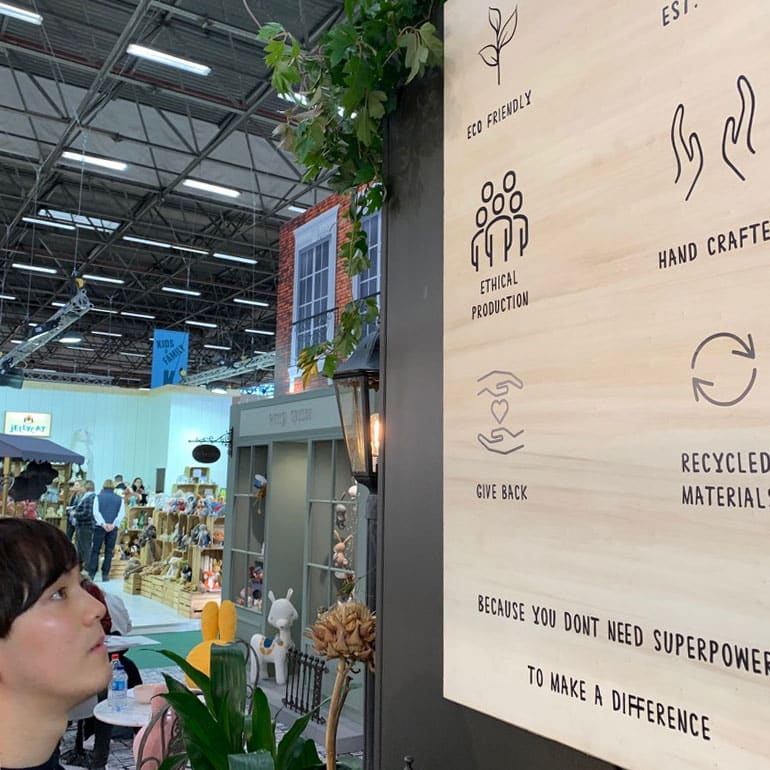 2020年パリで開催されたメゾン・エ・オブジェの会場内。環境に関する看板とそれを見つめる同行スタッフU。